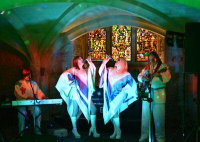 ABBA Rebjorn singing a duet inside a venue